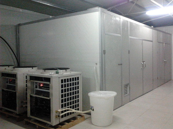 高温热泵烘干机组,主要有翅片式蒸发器(外机)、压缩机、翅片冷凝器(内机)和膨胀阀四部分组成,通过让工质不断完成蒸发(吸取室外环境中的热量)压缩冷凝(在室内烘干房中放出热量)节流再蒸发的热力循环过程,从而将外部低温环境里的热量转移到烘干房中,冷媒在压缩机的作用下在系统内循环流动。它在压缩机内完成气态的升压升温过程(温度高达100),它进入内机释放出高温热量加热烘干房内空气,同时自己被冷却并转化为流液态,当它运行到外机后,液态迅速吸热蒸发再次转化为气态,同时温度可下降至-20~-30,这时吸热器周